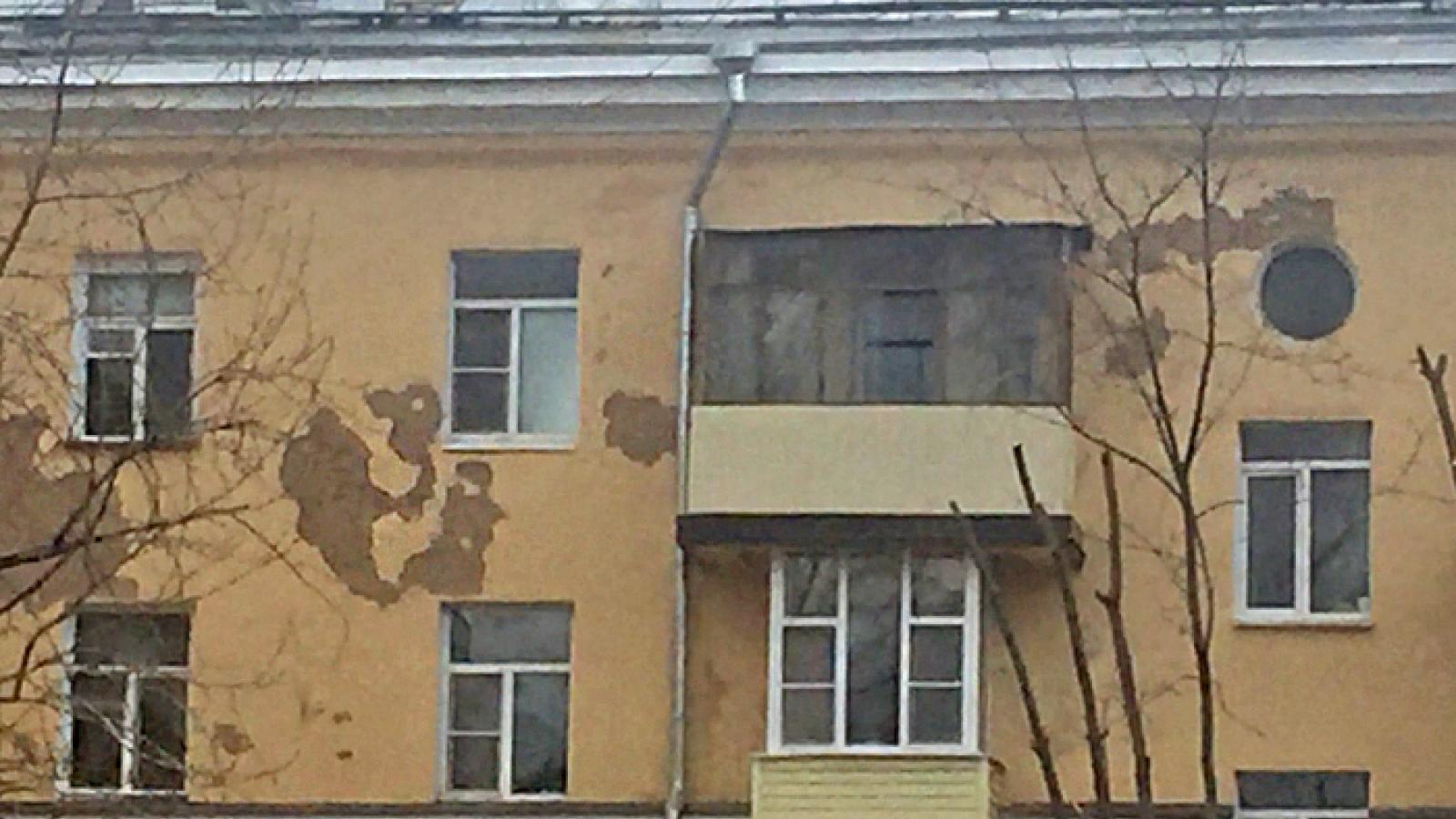 С отремонтированного дома в Вологде осыпается штукатурка