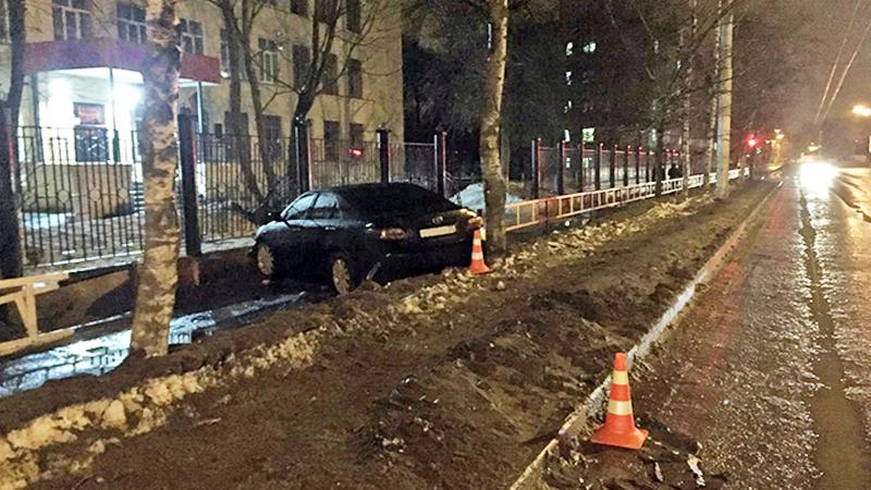 В Вологде иномарка врезалась в дерево и вылетела на тротуар