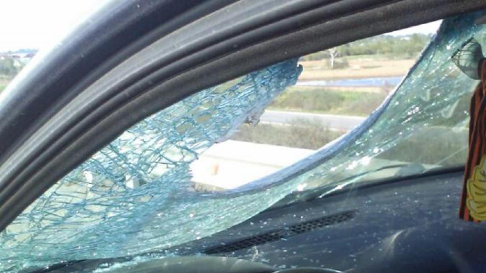 Арматура пробила стекло машины на вологодской трассе