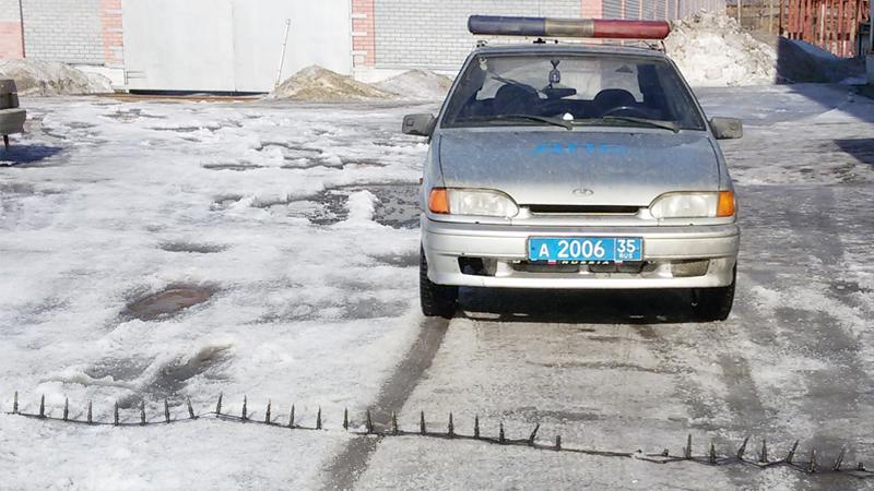 В Череповце сотрудники ДПС смогли остановить лихача только с помощью шипованной ленты