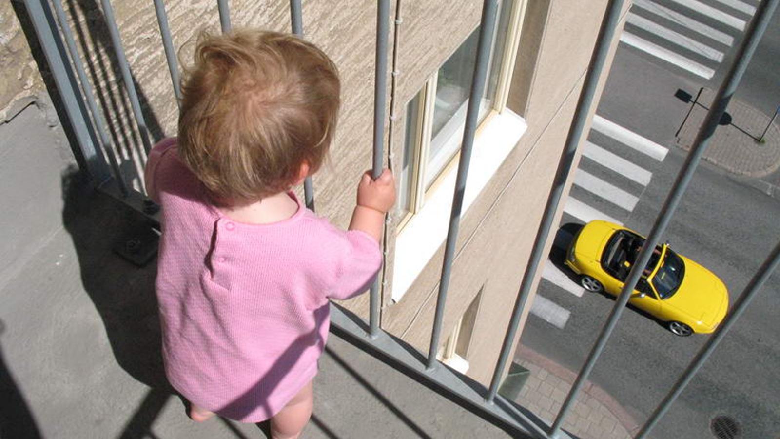 В Череповце с 4-го этажа выпала 2-летняя девочка