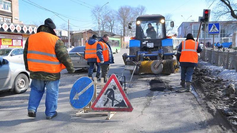 В Вологде начали ремонтировать дороги с помощью асфальта