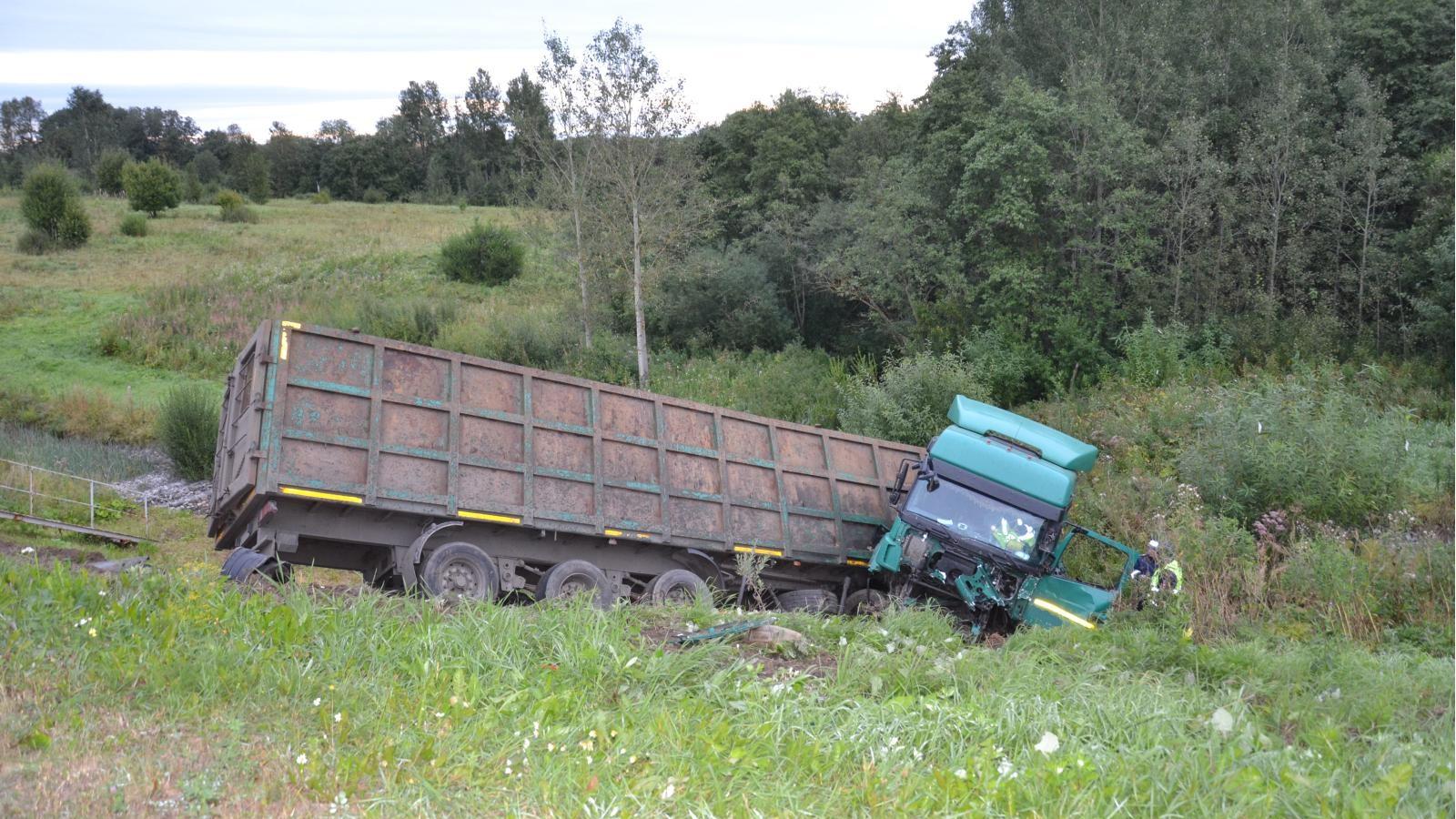 Под Вологдой столкнулись грузовик и внедорожник: три человека погибли