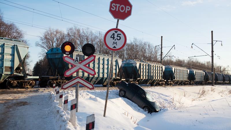В Вологде на железнодорожном переезде на улице Бурмагиных поезд протаранил легковушку