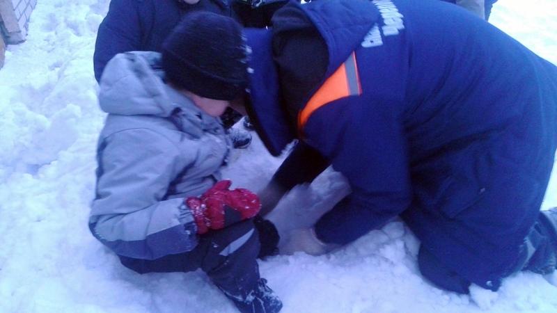 В Череповце ребенка, прыгнувшего в сугроб, пришлось вытаскивать спасателям