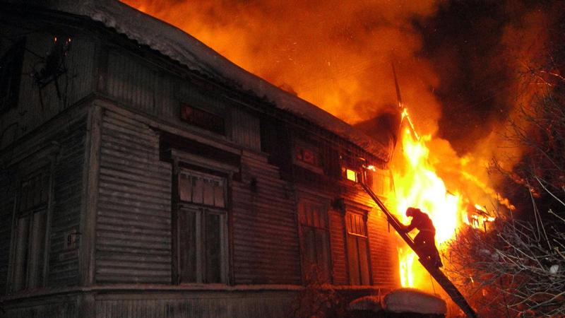 В горящем доме в Соколе нашли тело мужчины
