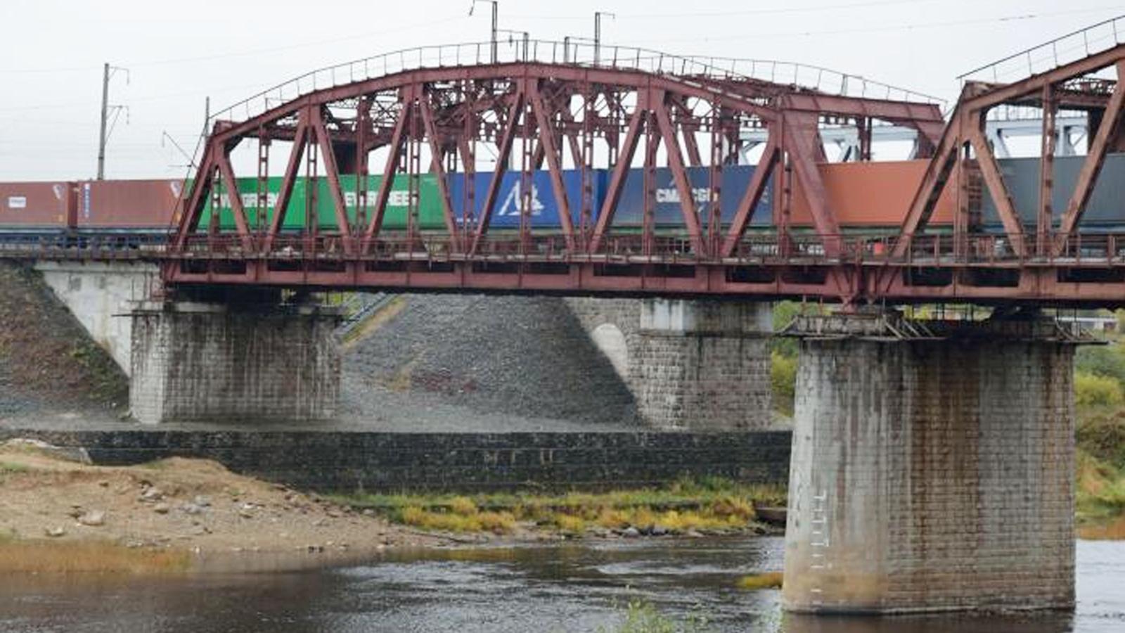 В Харовске 15-летний школьник скончался после падения с моста на электрические провода