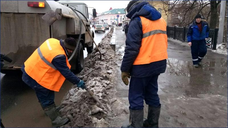 Коммунальщики ежедневно откачивают на улицах Вологды 45 кубометров талой воды
