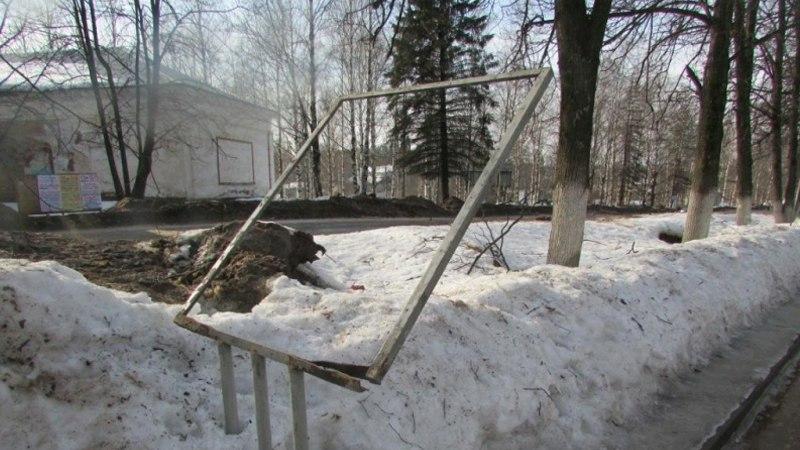 В Вытегре пьяные вандалы погнули рекламные стенды