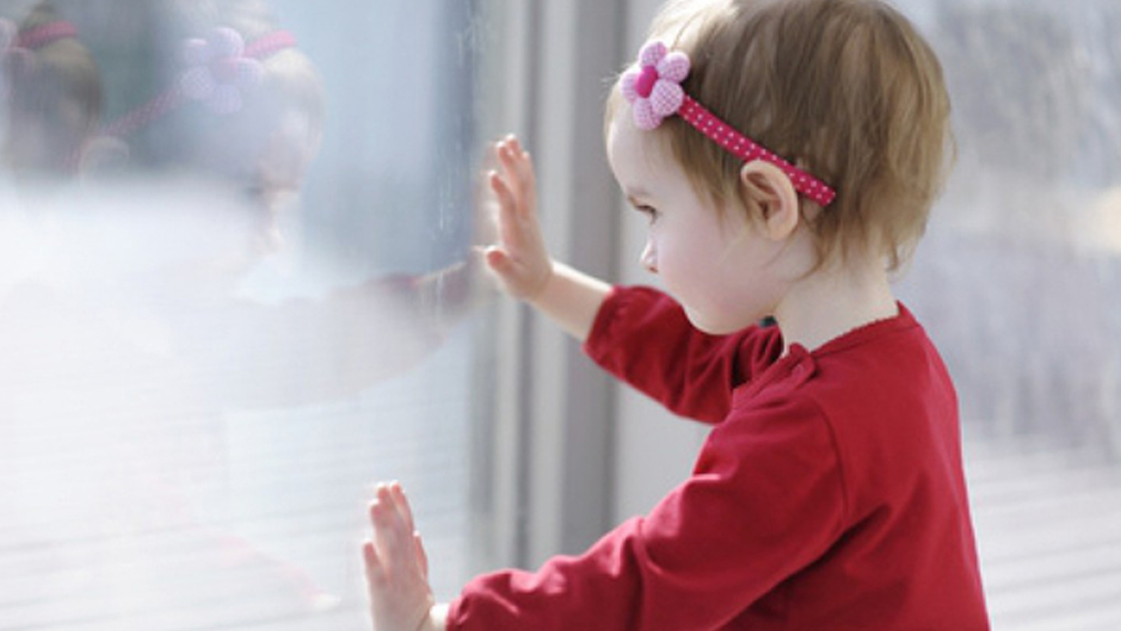 Из окна 2-го этажа в Шексне выпала 3-летняя девочка