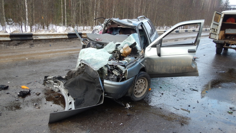 В лобовой аварии на трассе Тотьма-Великий Устюг погибли два человека