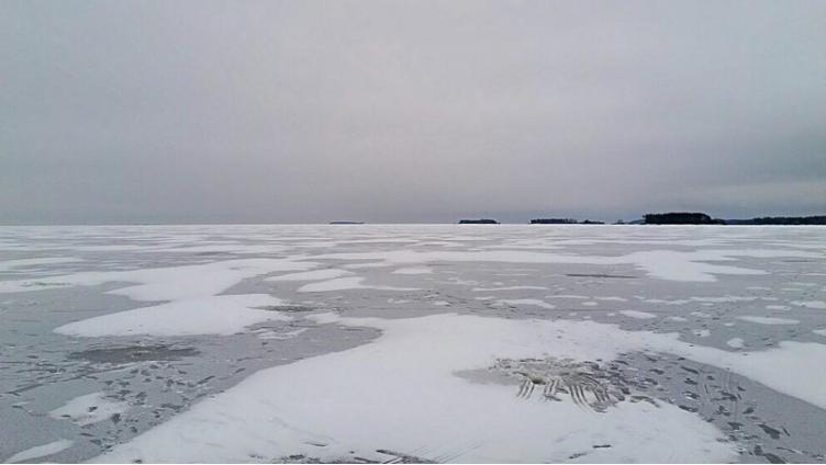 Спасатели 5 часов эвакуировали рыбака с Рыбинского водохранилища