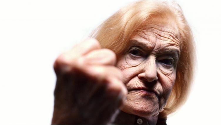 Слишком громкая музыка: пенсионерка свернула челюсть соседке