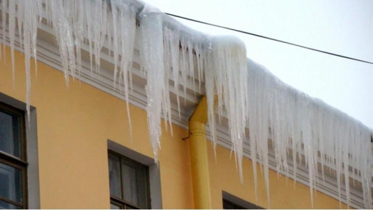 В Вологде выявлено более 70 нарушений уборки снега и наледи с крыш