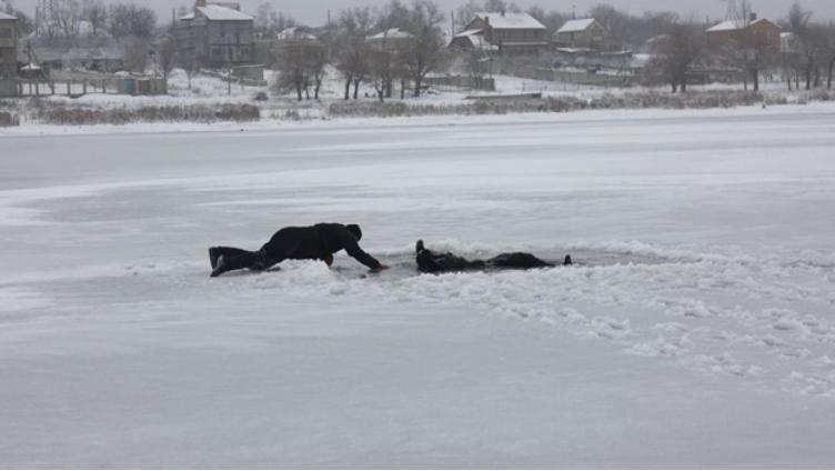 Два школьника спасли провалившуюся под лёд женщину