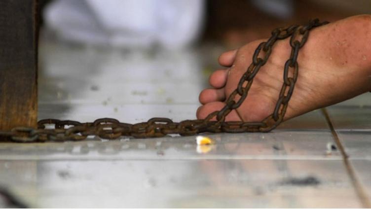 Прикованный цепью: потерпевший рассказал, кто это сделал