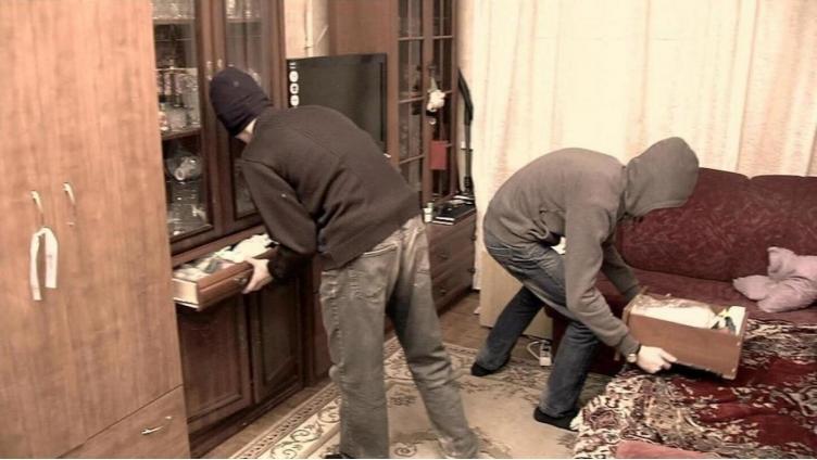 Два подростка дважды обокрали квартиру в Вологде