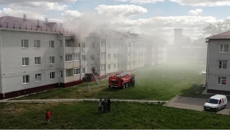 Из горящей квартиры в Соколе спасли двух детей и их  мать