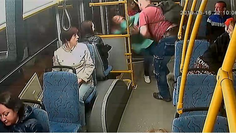 Череповчанин выкинул кондуктора из автобуса