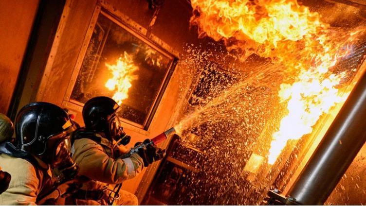 На пожаре в вологодской многоэтажке погиб один человек