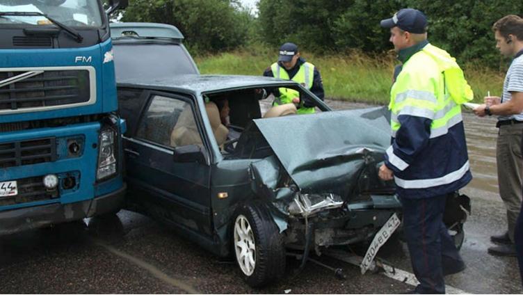 Под Череповцом ВАЗ-2113 получил серьезные кузовные повреждения в результате столкновения с грузовиком