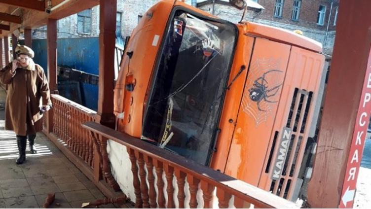 КамАЗ перевернулся на старом рынке Вологды