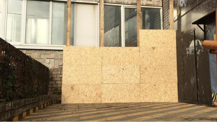 Владелец вологодского бара заколачивает окна недовольным соседям