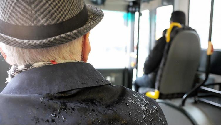 Пенсионер ударил девушку в автобусе
