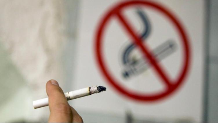 Россиянам грозят штрафы за курение у подъезда