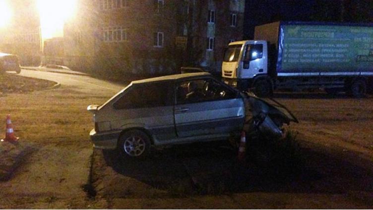 ВАЗ врезался в бетонное ограждение в Вологде