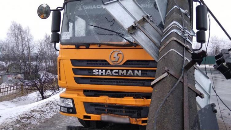 В Череповце грузовик врезался в фонарный столб