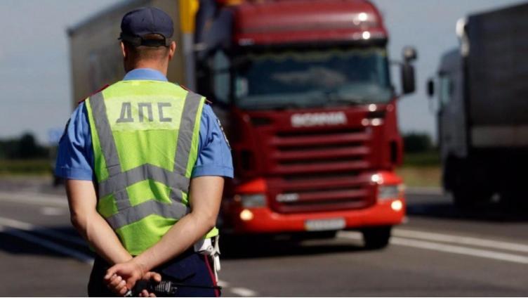 Инспектор пропускал грузовики за коньяк
