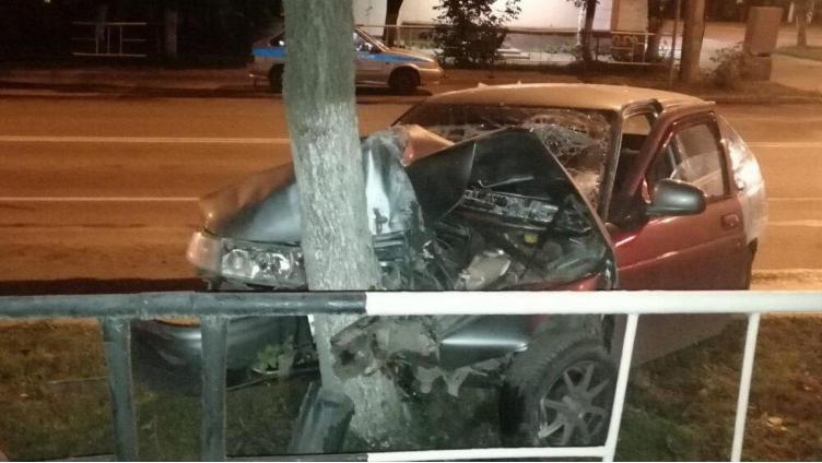 Автомобиль потерял управление и врезался в дерево