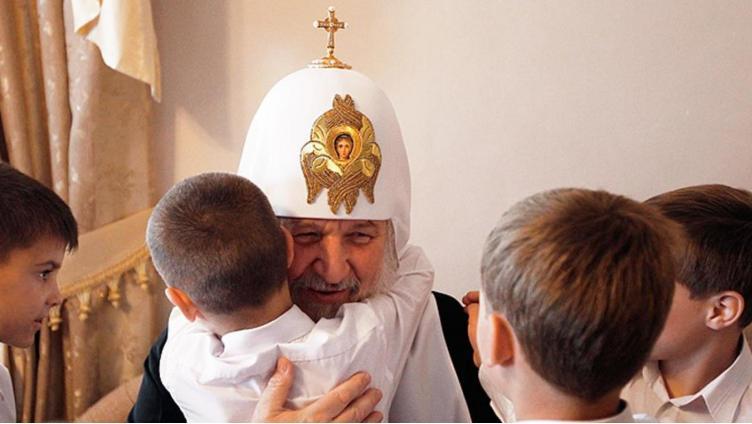 Патриарх призвал отдавать «нежеланных» детей церкви