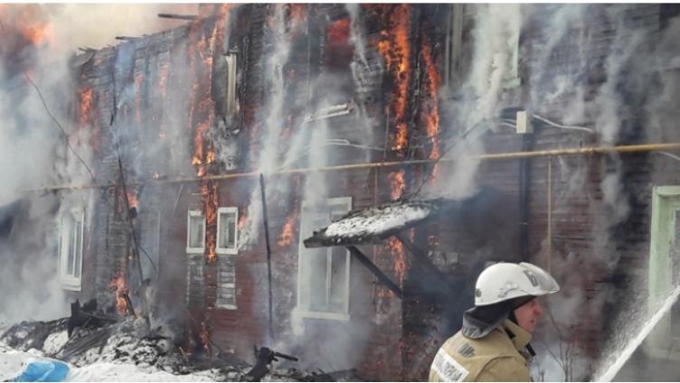 Жилой дом горит в Соколе: есть погибший