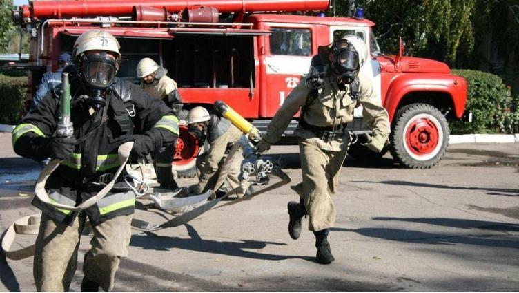 12 человек эвакуировали из горящего дома в Череповце