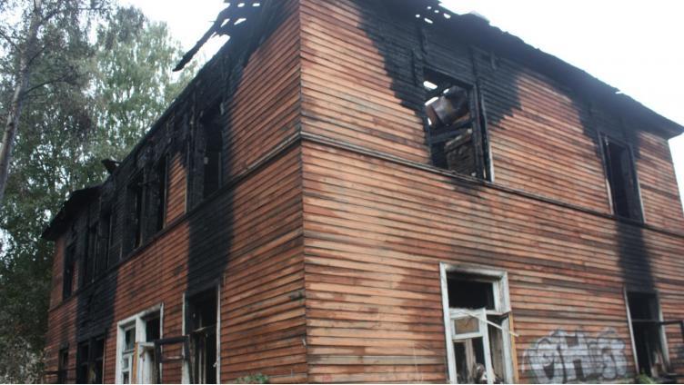 Горевший расселенный дом в Вологде продали незаконно