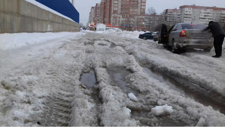На улице Охмыльцевской в колеях увязла «скорая помощь»