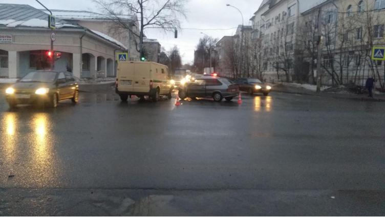 В Вологде автомобиль инкассаторов и ВАЗ не поделили перекресток