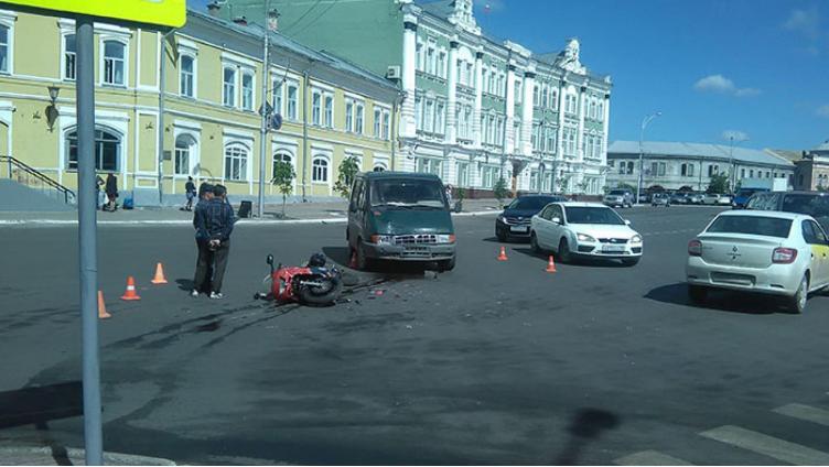 Мотоциклист попал под колеса микроавтобуса в центре Вологды