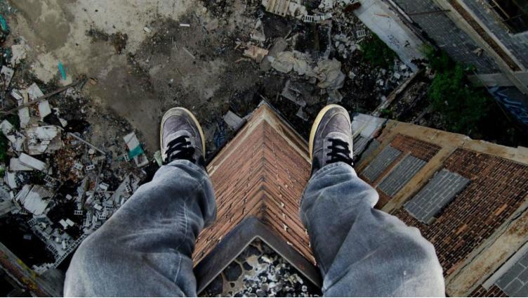 На Вологодчине молодой человек спрыгнул с крыши многоэтажного дома