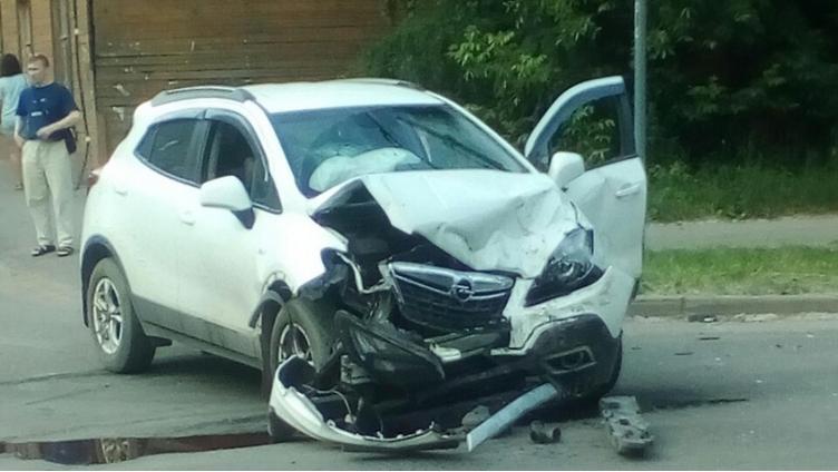 Две иномарки столкнулись в заречном районе Вологды
