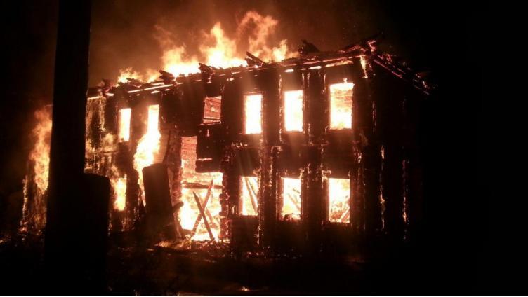 Двухэтажная дача сгорела в Вологодском районе