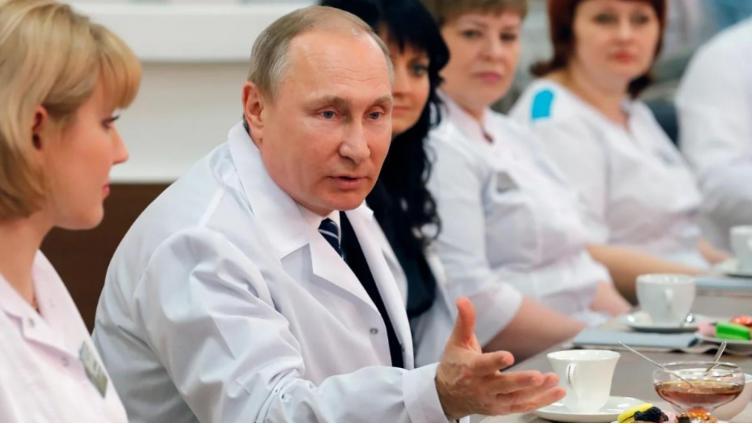Путин поручил начать вакцинацию от COVID