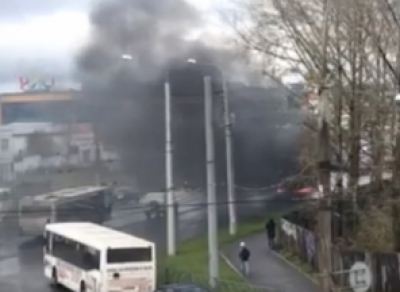 У ТРЦ «Рио» на ходу загорелся автомобиль