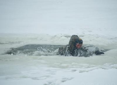 В Шекснинском районе три рыбака провалились под лед