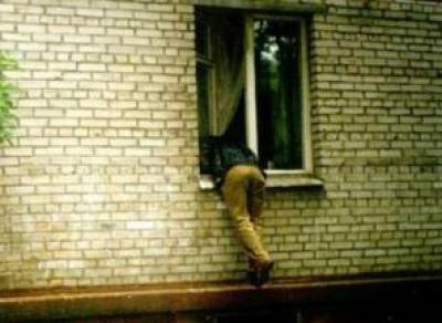 Двое молодых людей пытались пробраться в женское общежитие