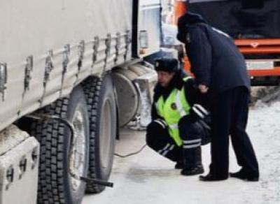 Полицейские помогли замерзающему дальнобойщику