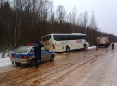 На трассе Вологодской области автобус вместе с пассажирами слетел на обочину