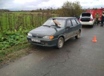 Доски с грузовика пробили лобовое стекло: женщина пострадала